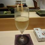 SUSHI 万代 - グラスの白ワイン