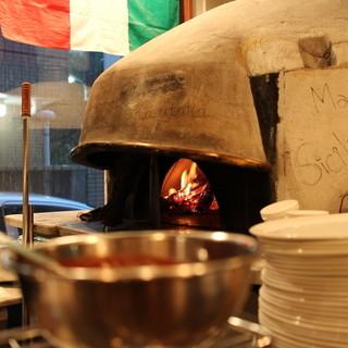 【PIZZA】薪焼きのイタリア製石窯で