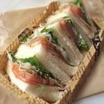 pain le coeur himari - たっぷりオニオンとジュレのトマトサンド(260円)。夏商品かな?スッキリした食べ心地でウマイ〜♫