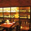 CINQ - 内観写真:テーブル脇には希少なワインの数々