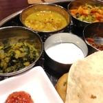 ナンタラ - クートゥ様(ほうれん草と豆の煮もの)、チャナマサラ様(ひよこ豆のスパイス炒め煮)、ポリヤル様(野菜を炒めて蒸した物)