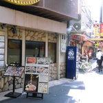 焼肉 白雲台 - この先の路地が鶴橋名物 カモナ 焼き肉通り 左手が白雲台