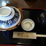 函館朝市豚丼ポルコ - 蓋が小さい?!
