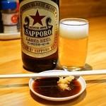 とん八 - 赤星大瓶(550円)とホルモン焼き用のタレ