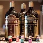 中華香彩JASMINE - 様々な紹興酒もディスプレイされています