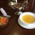 ステーキハウス 武蔵野 - コンソメスープにサラダ。ステーキソース