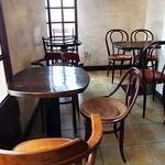 カフェ・グレ - 窓側の席
