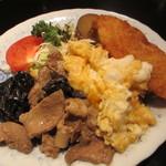 キャッスル - 豚肉・きくらげ・玉子炒め、白身魚フライ、千切りキャベツ、トマト、さつまいもの甘煮