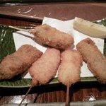 串揚げ&さしみ さしあげ亭 - 串揚げ、上が「牡蠣」、左から秋刀魚、烏賊、白身魚、富山牛ヒレ