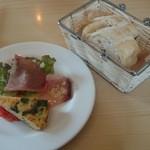クッチーナ・イタリアーナ・スタジオーネ - Aランチの前菜とパン(2人分)です