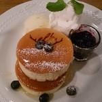 31403898 - elk特製ブルーベリーとたっぷり濃厚チーズのパンケーキ