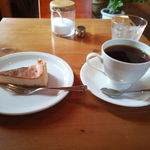 カフェ シュトラッセ - 料理写真:バニラチーズケーキとシュトラッセブレンド