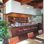 カフェ シュトラッセ - 内観写真:カウンター席を見る。
