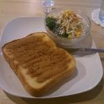 西新五丁目 あかり珈琲 - 「シナモントーストセット」のメインディッシュです。