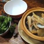 ホアマイ - アサリのレモングラス蒸し ¥480(税込)/ パクチー盛り ¥180(税込)