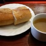 タベルナ・ラ・グロッタ - ムサカのパンとスープ