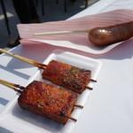 犬山ローレライ麦酒館 - 田楽豆腐(110円/本)と炭火焼きソーセージ(350円)