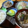 つぶ食いしもと - 料理写真:きびごはん、手打ち蕎麦、こんにゃくのくるみ合え、サラダにモチアワドレッシング。漬物。