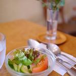 カフェヴィヴモンディモンシュ - オムライスについてくるサラダ
