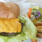 ウリウリカフェ - ウリウリ・ハンバーガー(サラダ/フライドポテト/ピクルス付き)のお野菜スープセット(1300円)