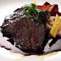 ・牛ホホ肉のやわらか赤ワイン煮込み