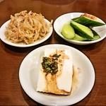 ひゃん - お通しのナムル、韓国風冷奴、味噌きゅうり