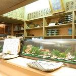 魚庵すし若 - 分厚い一枚板の白木のカウンター 化粧天井 ネタケース 生簀☆♪