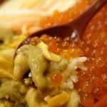 31894213 - 海鮮丼として最高のバランス。米は酢飯と白飯を選択可能。店主曰くウニいくらは白飯がおすすめ!って言ってた。