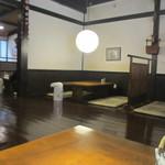 うなぎの冨さん  - 平日の1時過ぎだったんで店内には空席がありましたが店内は老舗らしい趣のある重みのある造りになってました。