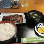 うなぎの冨さん  - 注文した蒲焼き定食は蒲焼きと吸い物にご飯と香の物が付いて3500円。  注文してから焼き上げられるんで少し待つ事になりますがそんなの問題ないですよね。