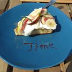 ビストロアンドカフェ タイム - 「いちじくとバナナのタルト」は食べ応えありのボリュームです。