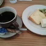31949437 - シフォンケーキとチーズケーキ、友達と半分ずつしたもの。ホットコーヒー。