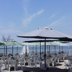 海辺 - テラス席でゆっくりとした時間をお過ごし下さい。