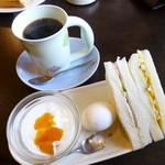 フレンズ - 料理写真:2014.11 サンドイッチは2種類、ゆでたまごにヨーグルト付きです。