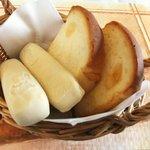 チーズ王国 - 焼きたてパン2種盛り