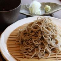 長野県産と茨城県産のそば粉を独自に配合して打った蕎麦