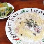 セントポーリア - パスタとサラダ