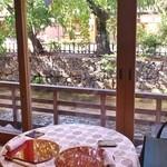かにかくに - 白川の流れ、行き交う人々、風にそよぐ木を眺めながら、優雅にお食事