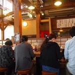 ラーメン 龍の家 - 広々のテーブル風カウンター