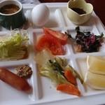 レストラン サンピア - 豆腐,ゆで玉子,もずく酢, サラダ,トマト,海藻, ウィンナー,野菜炒め,グレープフルーツ