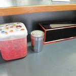 基峰 - 卓上には、紅しょうがとコショウ。