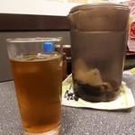 あつたや - 各テーブルに設置された無料の冷たい麦茶。水よりもちょっと嬉しいサービスです。