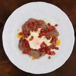 シチリア屋 - 料理写真:牛モモ肉と目玉焼きのピッツァイオーラソース