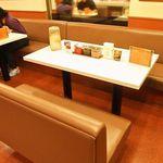 カレーショップ インデアン - テーブル席