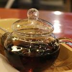 さるや - これは黒豆茶。4-5分蒸らしてからいただきます。おマメはあとで取り出してお塩をつけていただきます