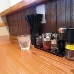 麺や七福 - カウンター席の卓上