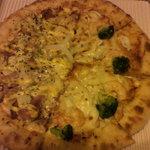 ピザハット - 生地はプレミアムソフト(みみにモッツァレラ・チェダー・パルメザン3種チーズ)にシーフード&アイダホのハーフ。