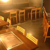 京ちゃばな - テーブル席は、2名様席、4名様席×2、5名様席×2をご用意。カウンターあわせて28席です!
