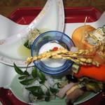 和のおもてなしと極うどん たくあん - カリフォルニアロール、手前の皿=もやしのナムル、さつまいも、たこ、柿の白和え。真ん中=ナスの煮びたしトロロとモズクがけ、三日月型の皿=ほうれん草のおしたし