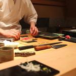 鮨 とかみ - まぐろの手巻き を作っております (2014/11)